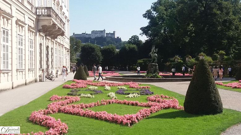 Salzburg, frühbarocke Blumenelemente zieren den Mirabellgarten
