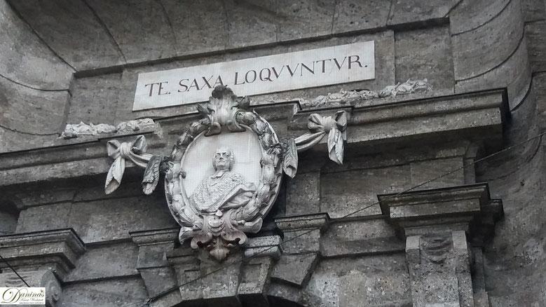 Salzburg. Über dem stadtseitigen Portal des Neutors hängt ein Medaillon mit dem Erzbischof Schrattenbach.