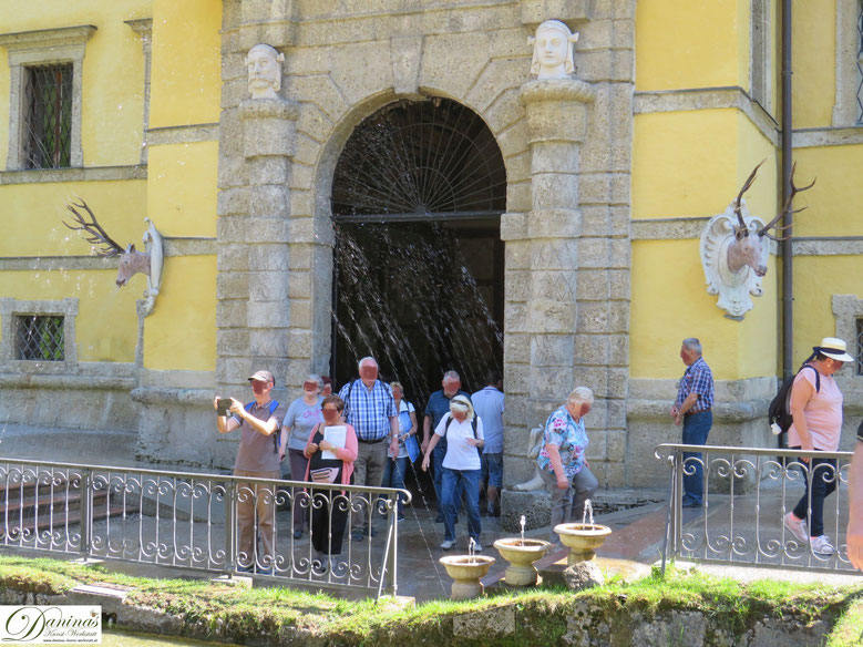 Neptungrotte: Portal mit Hirschköpfen - Hellbrunner Wasserspiele in Salzburg