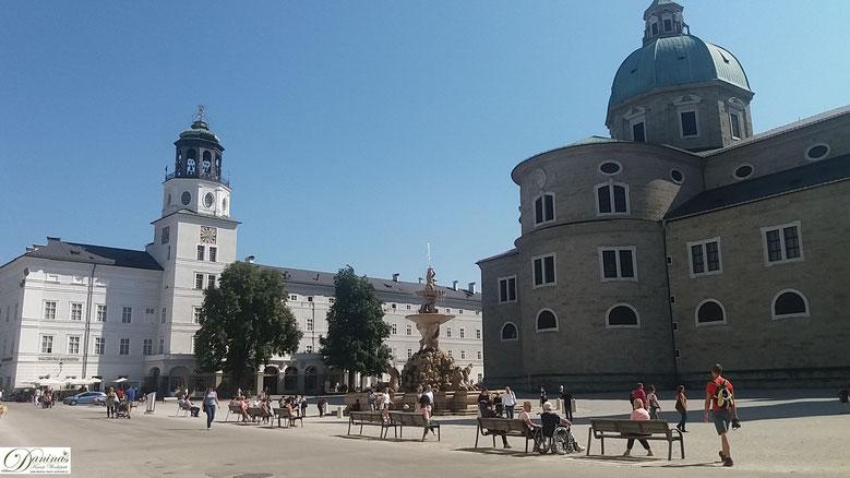 Salzburg Residenzplatz mit neuer Residenz, Glockenspiel und Salzburger Dom