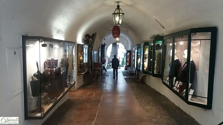 Charakteristische Einkaufspassage in der Salzburger Getreidegasse