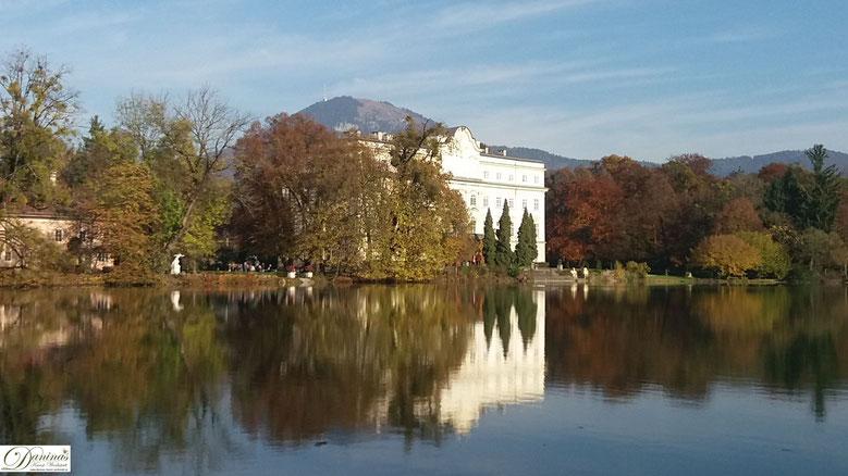 Salzburg Schloss Leopoldskron mit Weiher im Herbst