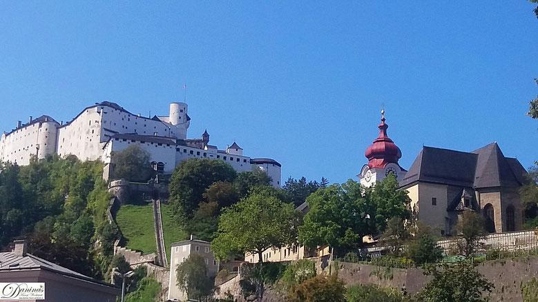 Salzburg - das von Bischof Rupert gegründete Stift Nonnberg am Fuße der Festung Hohensalzburg.