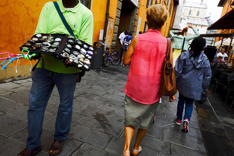 Street Photo, photographie, Pise, Toscane, Italie, vert, rose, couleurs, rue, trottoir, touriste, homme noir, Mathieu Guillochon, été, .