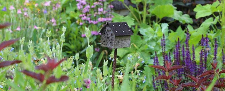 Naturnaher Garten mit Insektennistkasten, Foto: Carola Bria