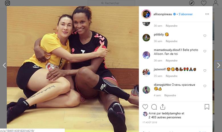 Allison Pineau (à droite) avec ses chaussettes BV Sport - Photo Instagram