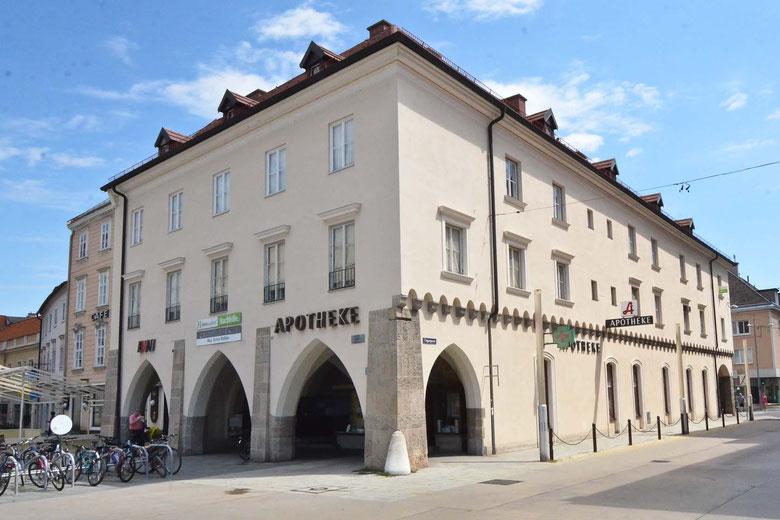 """Die Apotheke """"Zur Mariahilf"""" finden Sie auf dem Hauptplatz/Ecke Ungargasse in Wiener Neustadt gleich gegenüber der Bushaltestelle."""