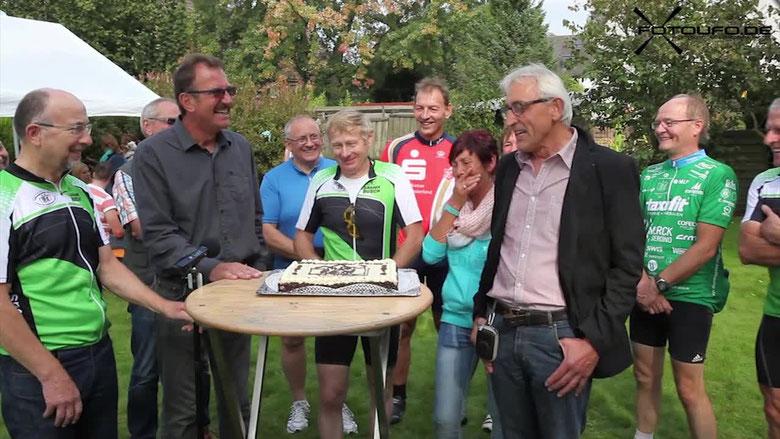 Über eine Spende von 5.555 Euro freuen sich mit den Hoffnungsradlern, einer Radgruppe des ADFC Dülmen Roswitha und Hans Rabe von der Elterninitiative