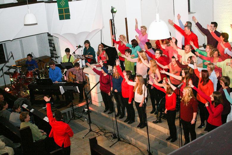 Begeisterten die Zuhörer in der Lutherkirche: die Sängerinnen und Sänger des Family-&-Friends-Chores aus Herten unter Leitung von Chris Riedel.  —Foto: rottmann