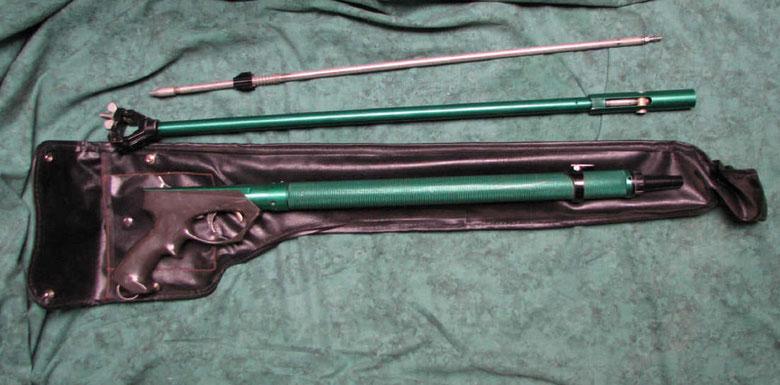Fusil Hydropneumatique ...... La pompe se fixe avec un étrier à l'avant de la poignée