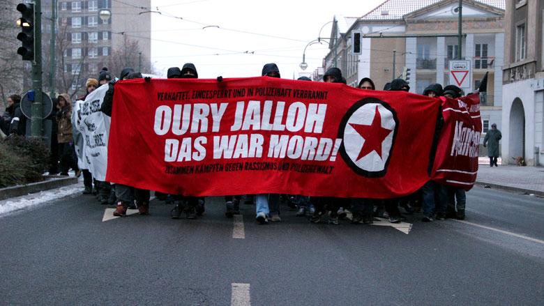 Eine Demo für Oury Jalloh im Januar 2017 in Dessau. Seit 15 Jahren fordern Aktivist*innen Aufklärung im Fall. (Quelle: Flickr / strassenstriche.net / CC BY-NC 2.0)