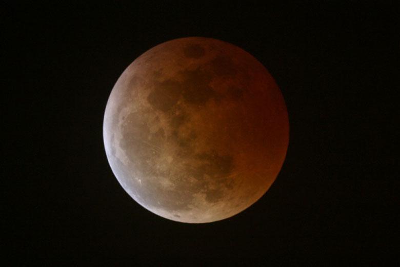 Eclipse Lunar saliendo de la totalidad, imajen tomada con Takahashi fs 102 ns F8,1 y Canon EOS 300D 1,6seg. ISO800