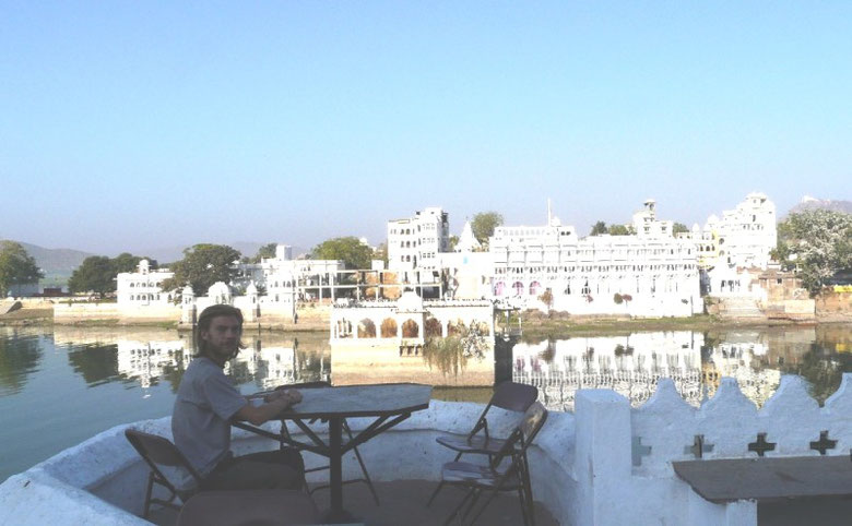 Petit-dejeuner paisible au bord des ghats d'Udaipur