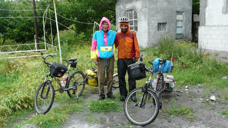 Depart sous la pluie, malgre les invitations a rester plus longtemps de Kushgar Aga