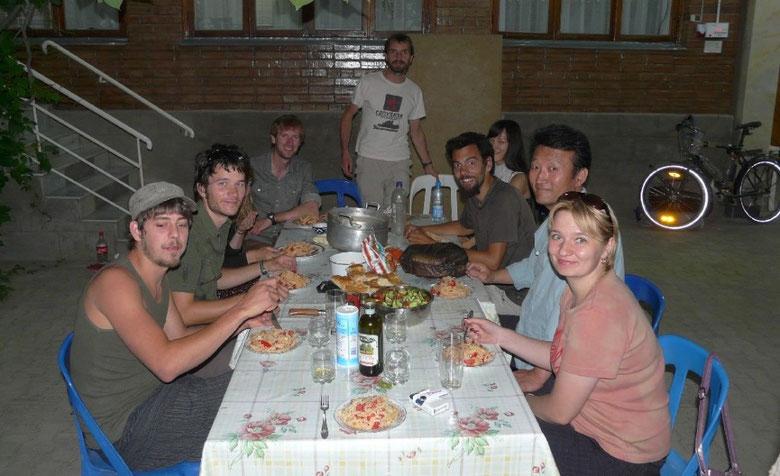 Diner en compagnie d'autres voyageurs rencontres a Tashkent