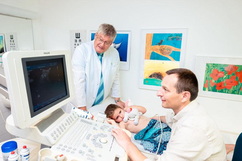 Die seit 35 Jahren etablierte Kinderurologische Praxis Altötting arbeitet auf der Basis eines umfassenden Kooperationsvertrages. Die Abbildung zeigt Dr. Djacovic (rechts) bei der Nieren-/Harnwege-Ultraschalluntersuchung eines Kindes.