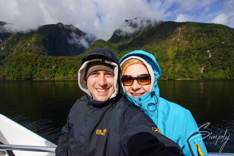 Simply Picture-New Zealand-Südinsel-Manapouri-Doubtful Sound-Cornelia Ammon und Robert Reber auf dem Schiff im Doubtful Sound bei Sonnenschein und viel grünem Wald im Hintergrund