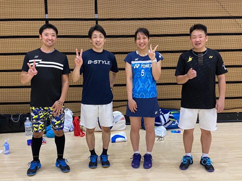 左から) 西田 ⇨ 岡安店長 ⇨ 與猶くるみ選手 ⇨ 井上社長 🏸