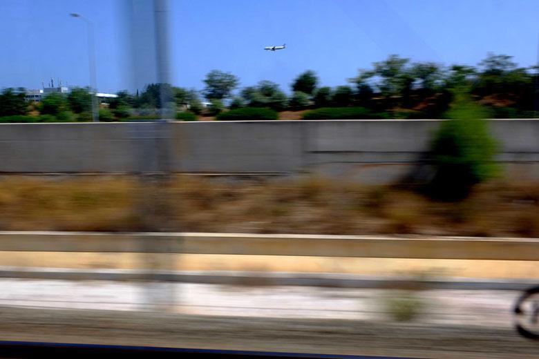 Mathieu Guillochon photographe, sur la route, autoroute, couleurs, filé, flou, rail de sécurité, signalisation, avion