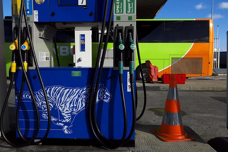Mathieu Guillochon photographe, sur la route, autoroute, couleurs, station service, pompes à essence, conteneurs