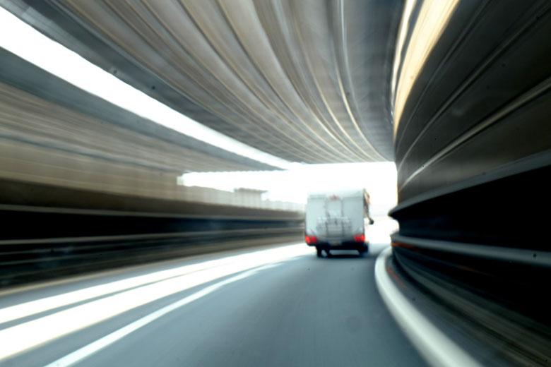 Mathieu Guillochon photographe, sur la route, autotroute, couleurs, filé, flou, rail de sécurité, signalisation, automobile, tunnel
