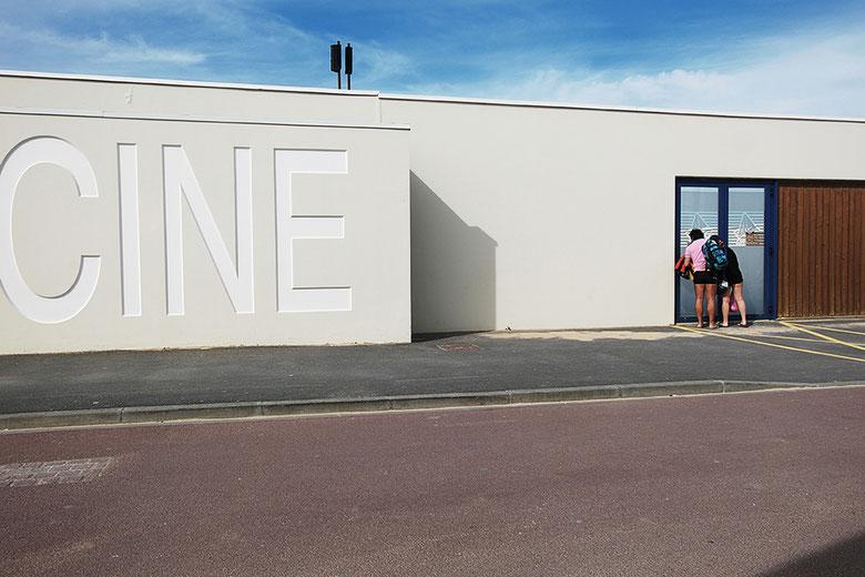 Photographie, France, Normandie, Ouistreham, street photo, mer, bleu, rouge, passants, couple, couleurs, printemps, promenade en bord de mer, piscine, Mathieu Guillochon