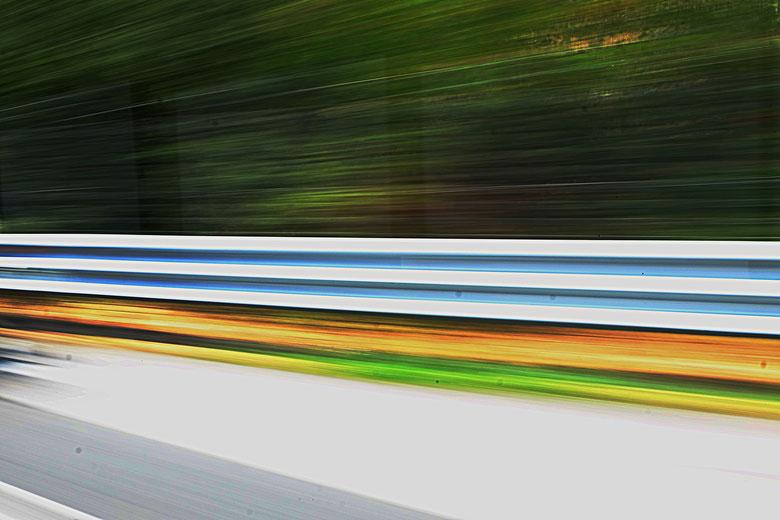 Mathieu Guillochon photographe, sur la route, autotroute, couleurs, filé, flou, rail de sécurité, signalisation