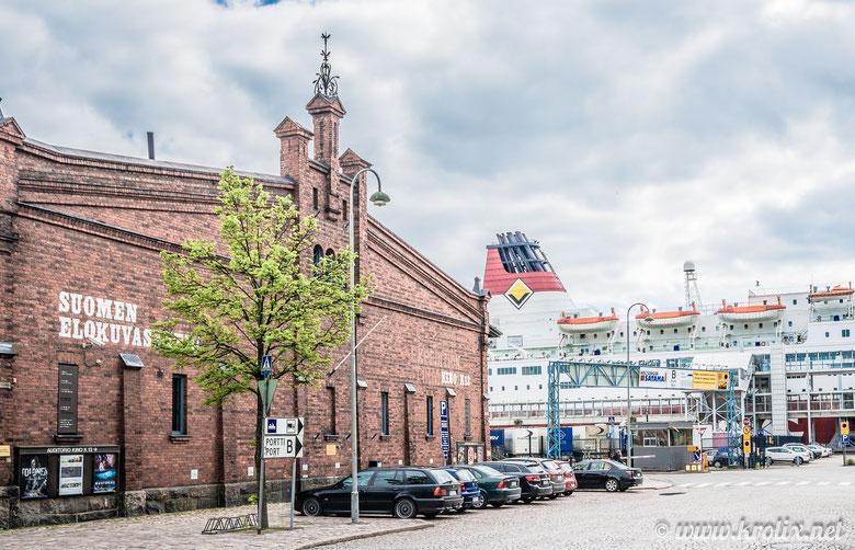 Рядом с портом Хельсинки.
