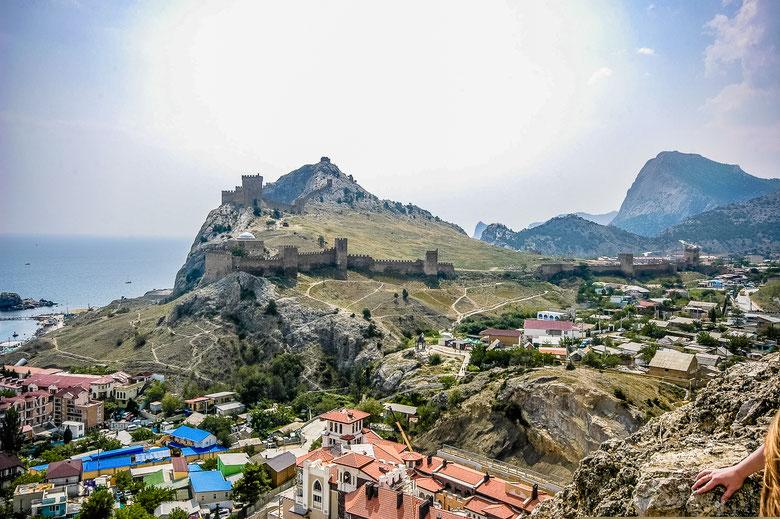 Вид на Генуэзскую крепость с соседней горы