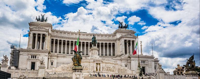 Памятник Виктору Эммануилу II на коне. Ходят слухи, что римляне собирают подписи под петицией об установке здесь памятника Франческо Тотти :)