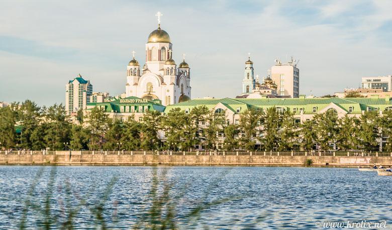 Вид с Плотинки на главный храм города
