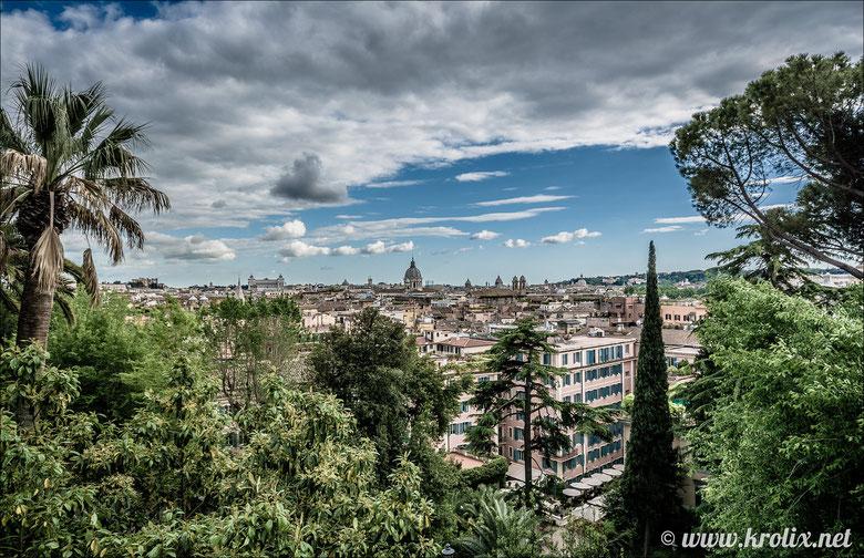 Хоть здесь и не такой высокий холм, как на пл. Гарибальди, вид на Рим -- в разы красивее.