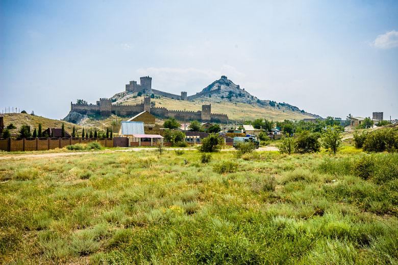 Генуэзская крепость в Судаке с земли.