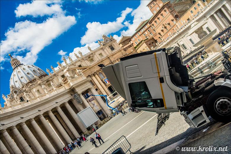 """Будь я религиозным человеком, обозвал бы эту картину: """"Даже фуры склоняют свою голову перед Папой"""" :)"""