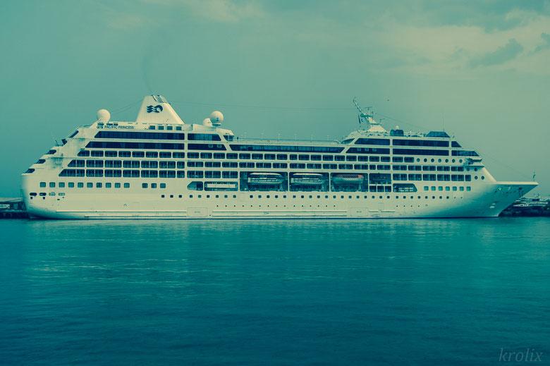 Круизный лайнер в порту Ялты
