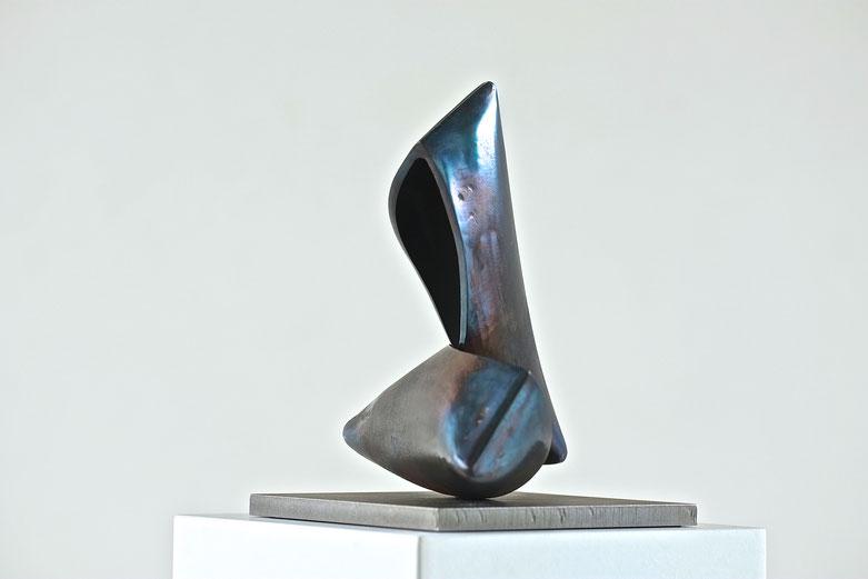 """""""Haptikon 02-2016"""", Stahl auf Plinthe, blau angelassen, 40,5 x 39,5 x 21 cm"""