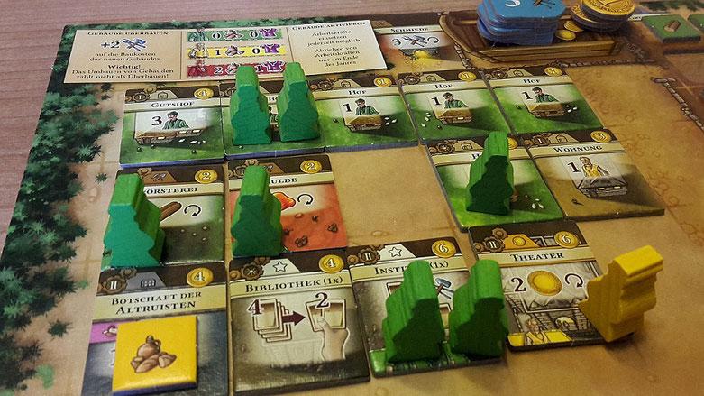 """Der """"Gemeindeplan"""" (Tableau) eines jeden Spielers, auf dem man seine Gebäude baut und seine Ressourcen lagert und verwaltet."""
