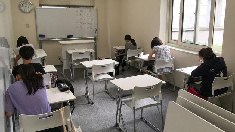 教室でテストを受けている