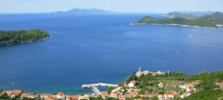 Blick auf eine Bucht und Inseln
