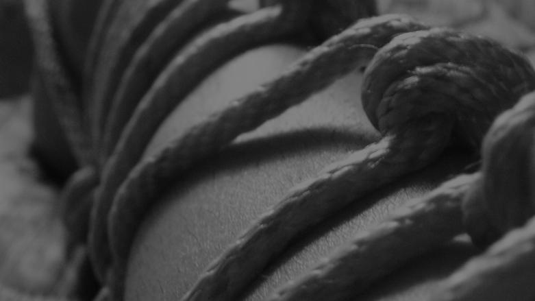 Bondage & BDSM - Bein mit Strick - Beinfesseln - Frauenbein