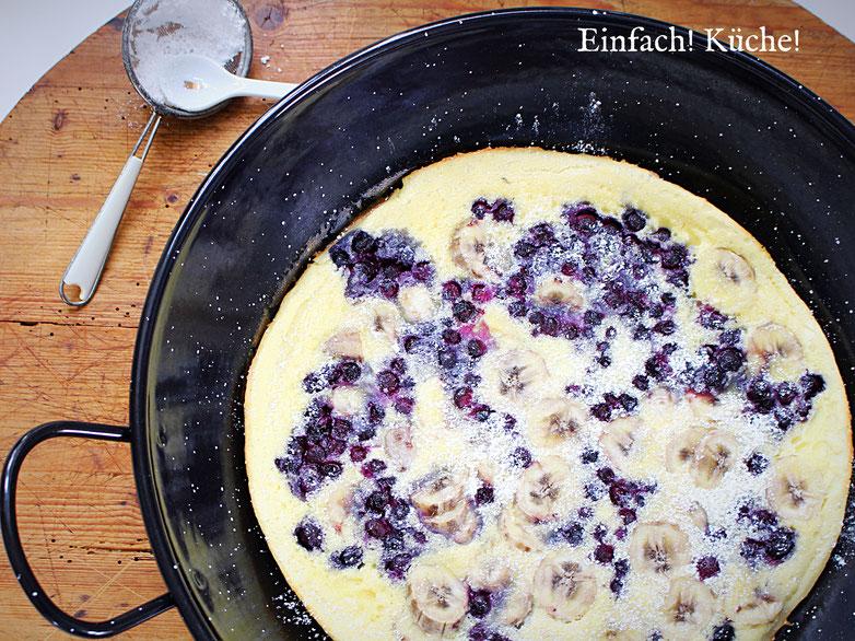Dutch Baby mit Blaubeeren und Bananen oder einfach Ofenpfannkuchen