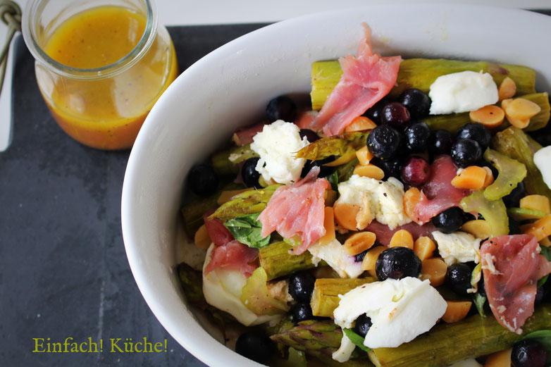 grüner Spargel Salat mit Mozzarella und Blaubeeren