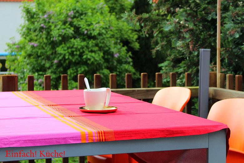 Kaffee trinken auf der Terrasse bei Sonnenschein
