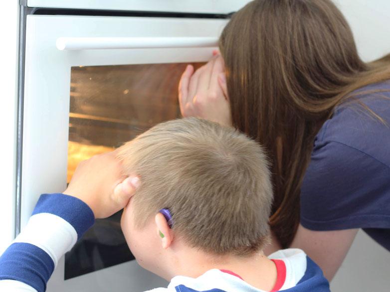 Einfach! Küche! Die Pottkieker - 2 Kinder gucken in den Ofen