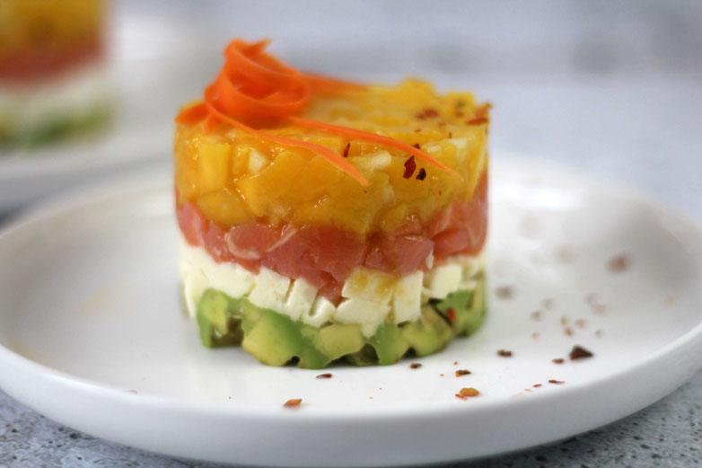 Einfach! Küche! Adventskalender 2018 - Türchen No. 16 - Avokado Lachs Türmchen mit Mozzarella und Mango