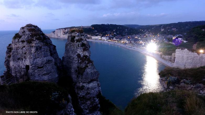 Etretat illuminée, Normandie, photo non libre de droit