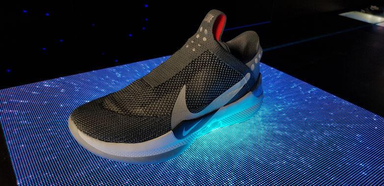 Das neue Nike-Produkt wird im Store in New York gross hervorgehoben. So sieht der Schuh aus: Nach Schnürsenkeln sucht man vergeblich. Auf der Seite sind zwei Knöpfe zu erkennen, wodurch man die Stärke einstellen kann. Bild: Thomas Joos
