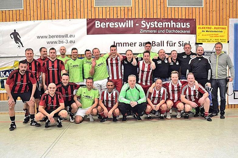 Die Sieger des 2. Bereswill-Cup Sportfreunde 05 Saarbrücken in den rot-Weiß gestreiften Trikots.