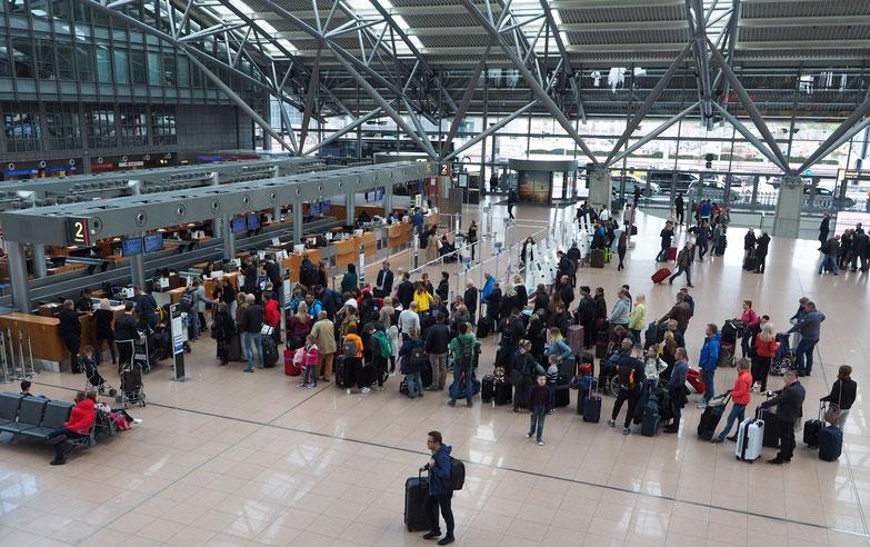 Das Terminal 1 am Flughafen Hamburg - Gäste beim Einchecken. Foto: C. Schumann, 2019