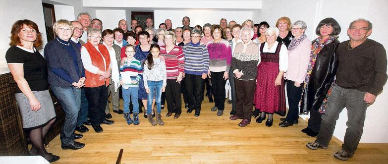 Die beiden Kinder Mia Gremm und Jonathan Bindewald sowie 59 Erwachsene wurden beim Wanderer-Ehrungsfest des OWK Rimbach ausgezeichnet.